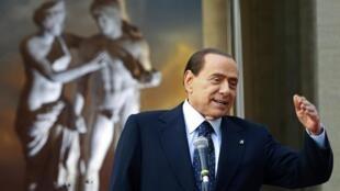 Cựu thủ tướng Ý Silvio Berlusconi phát triểu tại Plazzo Chigi, Roma, ngày 08/04/2012