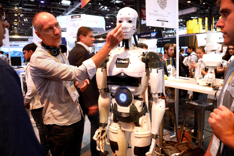 Французский скульптор Гаэль Ланжеван представляет своего робота InMoov на международном салоне Viva Tech в Париже.