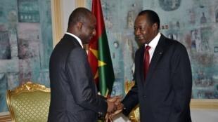 Tieman Coulibaly, ministre malien des Affaires étrangères, reçu par le président burkinabè Blaise Compaoré, médiateur dans la crise malienne, lors d'une réunion à Ouagadougou, le 3 novembre 2012.