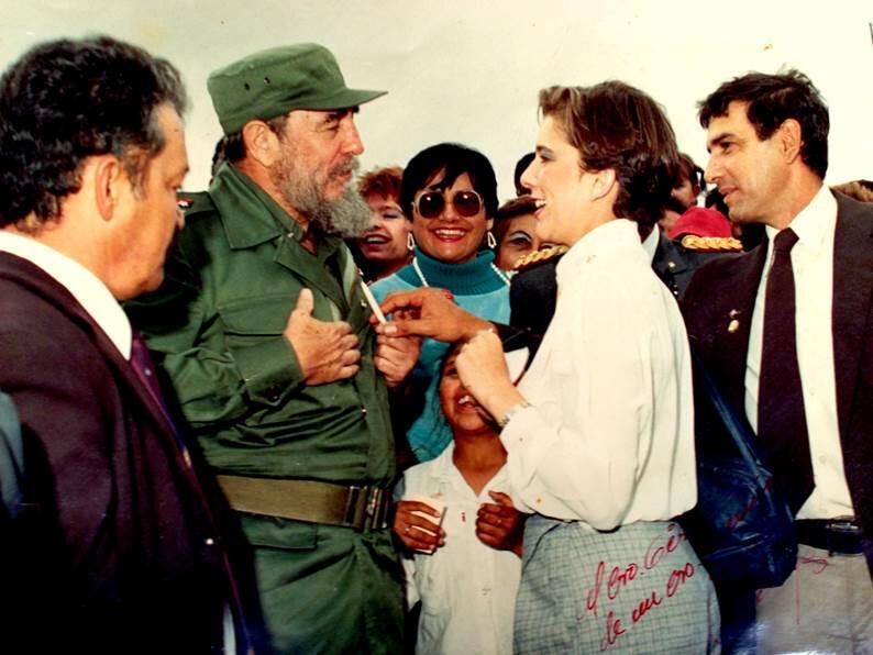 En Equateur en 1988, une journaliste demande un autographe. De peur d'un attentat au stylo empoisonné, l'auteur le retire des mains de Castro. DR/Editions Michel Lafont