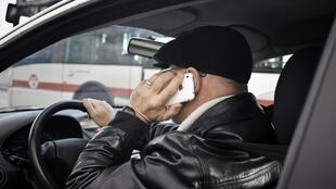 O uso do aparelho celular no volante já é proibido na França, mas nem todos respeitam as regras.