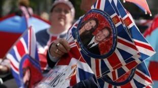 Souvenires dos mais diversos tipos abordam o casamento entre estes bandeiras com foto do casal.