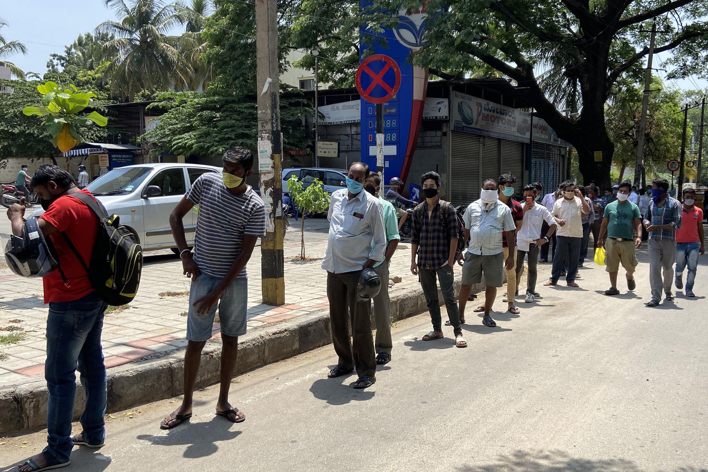 Clientes hacen filas para comprar alcohol el 4 de mayo de 2020 en Bangalore (India)