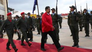 2016年10月20日委內瑞拉軍隊在加拉加斯國際機場向總統馬杜羅致敬。