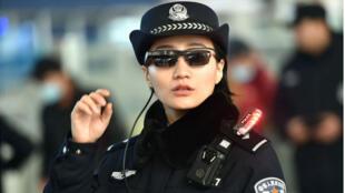 Cảnh sát Trung Quốc trang bị kính nhận diện khuôn mặt (Ảnh minh họa chụp từ trang https://www.theverge.com/2018/2/8/)