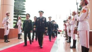Tướng Mỹ Martin E.Dempsey bên cạnh Thượng tướng Đỗ Bá Tỵ trong chuyến thăm Việt Nam từ 14 đến 17/08/2014.
