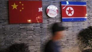 中国浙江省一家餐厅中悬挂的中国和朝鲜国旗资料图片