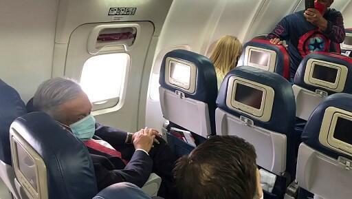 El presidente mexicano Andrés Manuel López Obrador (Izq.) es visto con una mascarilla a bordo de un avión, viajando a Washington, DC, para reunirse con el presidente de EE.UU. Donald Trump.