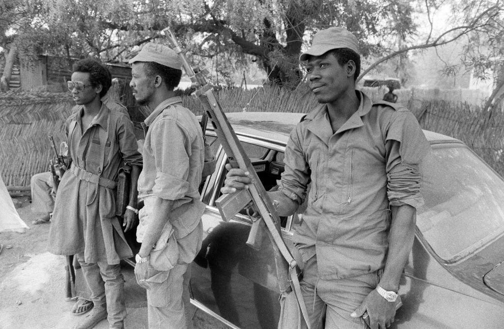 Des soldats tchadiens en patrouille, dans les rues de Ndjamena, en 1979.