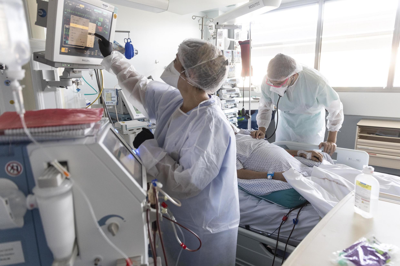 Du personnel soignant s'occupe d'un patient atteint du Covid-19 en réanimation à Strasbourg le 15 septembre 2020.