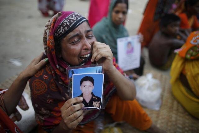 Mulher bengalesa chora ao buscar notícias sobre parente desaparecido após o desabamento do Rana Plaza, em Bangladesh, nesta sexta-feira, 3 de maio de 2013.