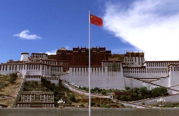 Cung điện Potala, trụ sở của chính quyền Tây Tạng tại Lhassa, trước khi Trung Quốc  sát nhập Tây Tạng.