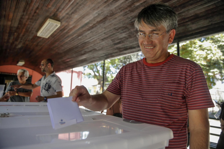 Un Chilien vote lors de la consultation citoyenne. Plus de de 225 communes chiliennes ont participé à cette consultation, non obligatoire.
