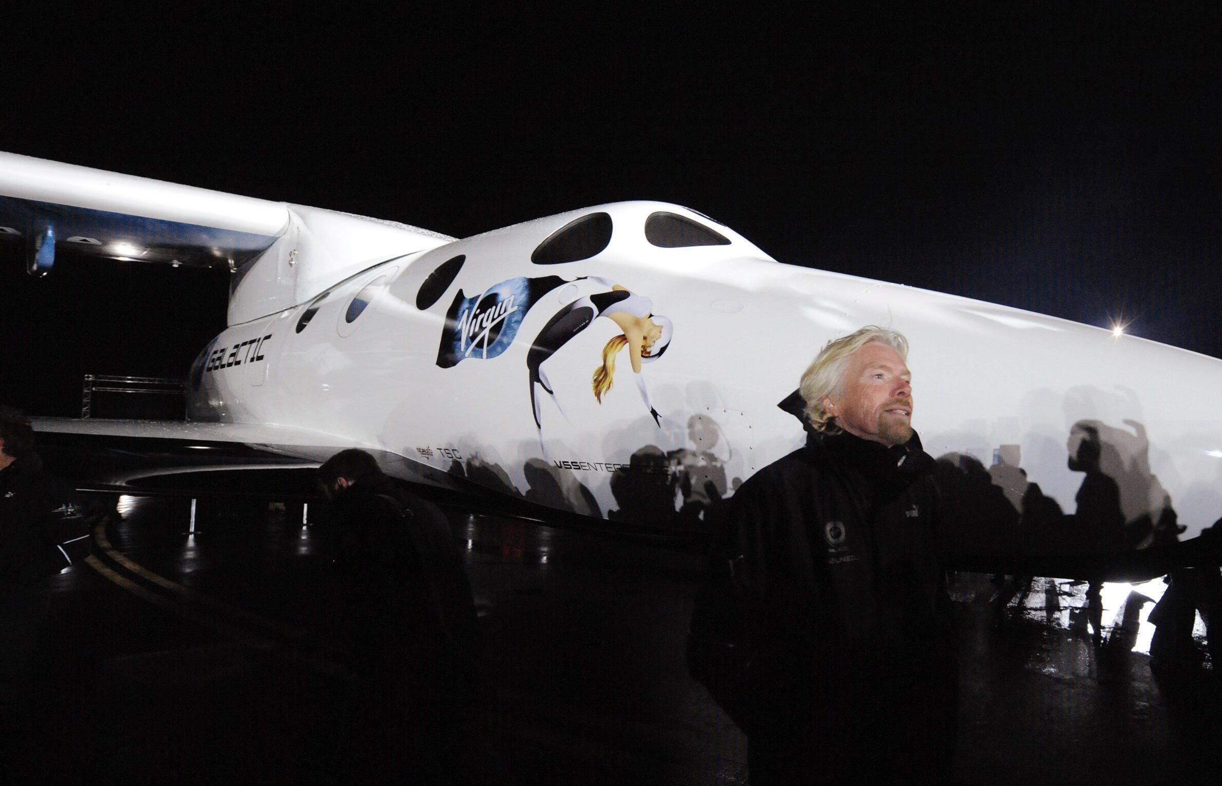 មហាសេដ្ឋីអង់គ្លេស Richard Branson ឈរនៅមុខយានអវកាស SpaceShipTwo កាលពីថ្ងៃទី៧ ធ្នូ ២០០៩ (រូបថតឯកសារ)