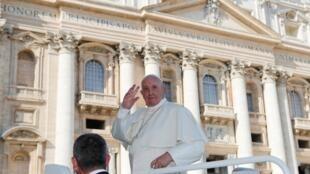 O papa Francisco acena para fiéis após deixar audiência no Vaticano no dia 23 de outubro de 2019.