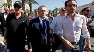 L'hommed'affaires Nabil Karoui (au centre) lors de son arrivée au pôle judiciaire financier et économique de Tunis, le 12 juillet 2019.