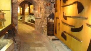 Cave com ferramentas agrícolas usadas nas plantações de antigamente.