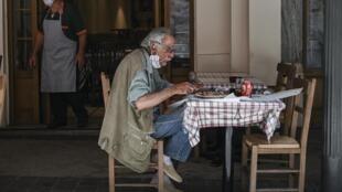 A la terrasse d'un restaurant rouvert après deux mois de confinement, dans le centre d'Athènes, le 25 mai 2020.
