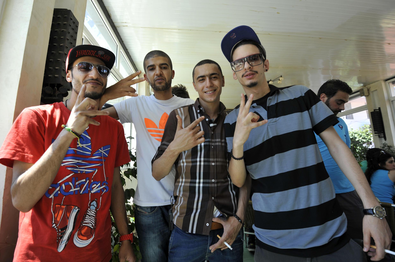 Emino (à droite), avec les autres rappeurs tunisiens  Spoiled boy, Madou MC et Weld El 15 (de gauche à droite), au tribunal de Ben Arous, dans la banlieue de Tunis, le 13 juin 2013.