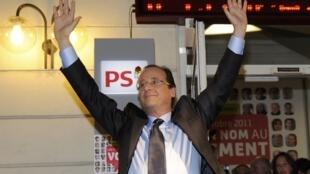 François Hollande comemora vitória nas primárias socialistas, em Paris.