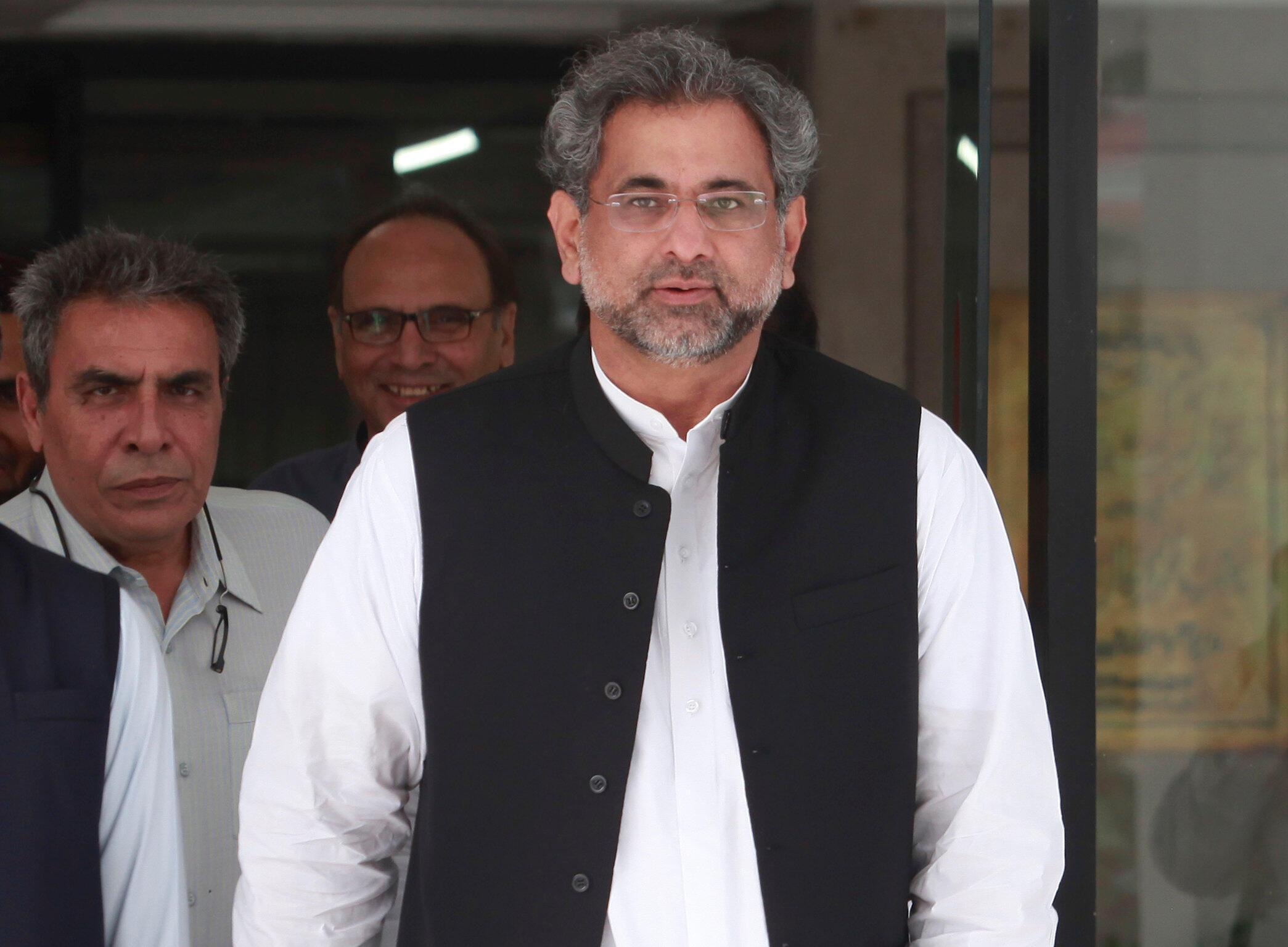 L'ex-ministre du Pétrole Shahid Khaqan Abbasi après le dépôt de sa désignation au Secrétariat du Parlement, à Islamabad, le 31 juillet 2017.