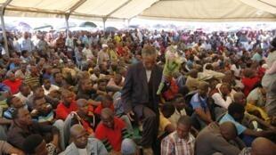 L'hommage rendu par de nombreux employés lors de la cérémonie de deuil des 34 morts du conflit minier de Marikana, le 23 août 2012.