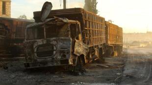 Один из грузовиков с гуманитарной помощью, подвергшийся атаке с воздуха недалеко от Алеппо, 20 сентября 2016 г.