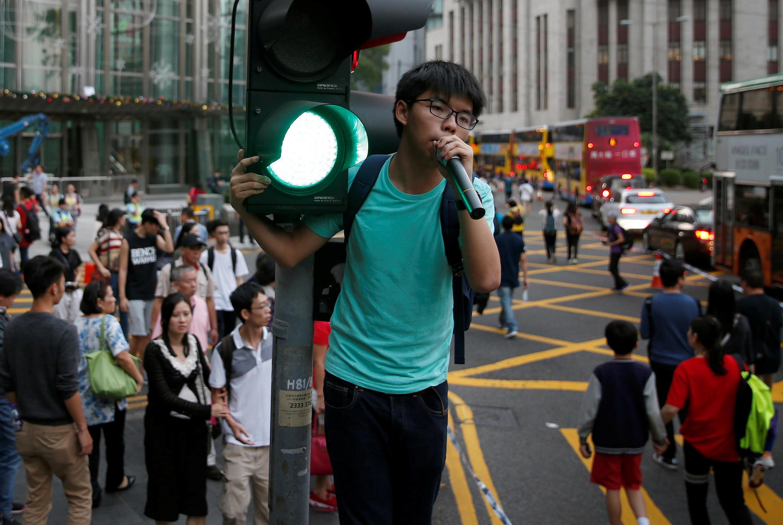2016年11月6日部分港人集会抗议中国人大就两名新当选立法会议员宣誓风波解释基本法。黄之锋在抗议集会中。