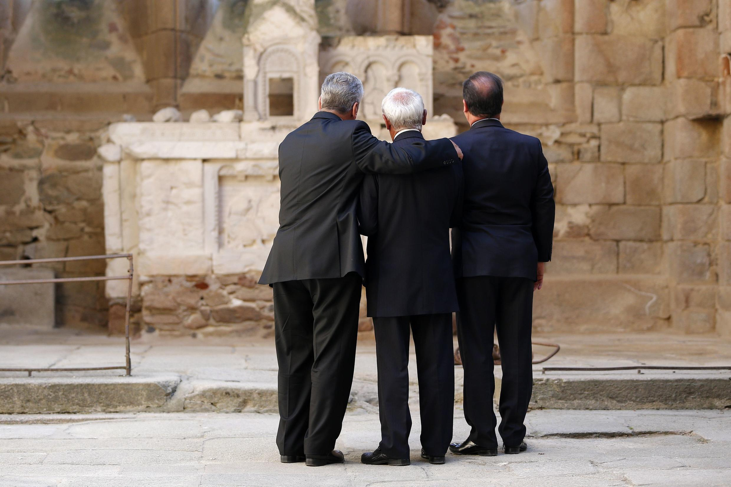 Robert Hébras with German President Joachim Gauck (L) and French President François Hollande at this year's commemoration of the Oradaour-sur-Glane massacre