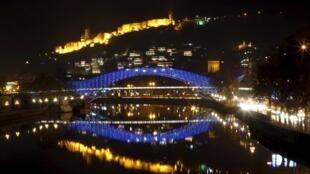Пешеходный мост в Тбилиси, подсвеченный в цвет флага ЕС. 18 декабря 2015