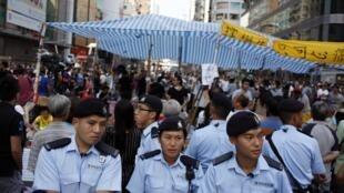 Cảnh sát Hồng Kông triển khai tại Mongmok,  khu vực người biểu tình chiến đóng ngày 5/10/2014