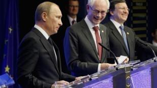 Vladimir Poutine en visite à Bruxelles le 21 décembre 2012. A sa gauche, Herman Van Rompuy et José Manuel Barroso.