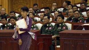 Aung San Suu Kyi tại Quốc hội Miến Điện : Phe đối lập thu thập 5 triệu chữ ký ủng hộ việc sửa đổi bản Hiến pháp cho phép bà ra tranh cử - REUTERS /Soe Zeya Tun