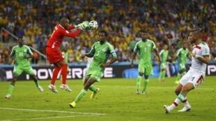 Mlinda mlango wa timu ya taifa ya Nigeria, Vincent Enyeama akiokoa mpira uliokuwa unaelekea langoni mwake
