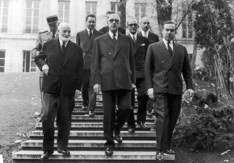 Le premier président du Conseil constitutionnel René Cassin (g), Charles de Gaulle (c) et Michel Debré, trois des principaux artisans de la Constitution, en 1959.