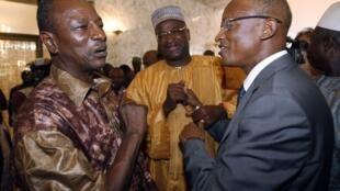Le président du Rassemblement du Peuple de Guinée Alpha Condé (g) sera opposé à l'ancien Premier ministre Cellou Dalein Diallo, candidat de l'Union des forces démocratiques de Guinée, pour le second tour de la présidentielle.