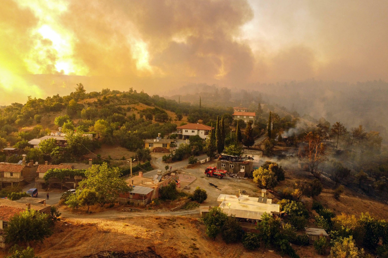 Casas rodeadas por las llamas cerca del turístico municipio de Manavgat, en el sur de Turquía, el 30 de julio de 2021