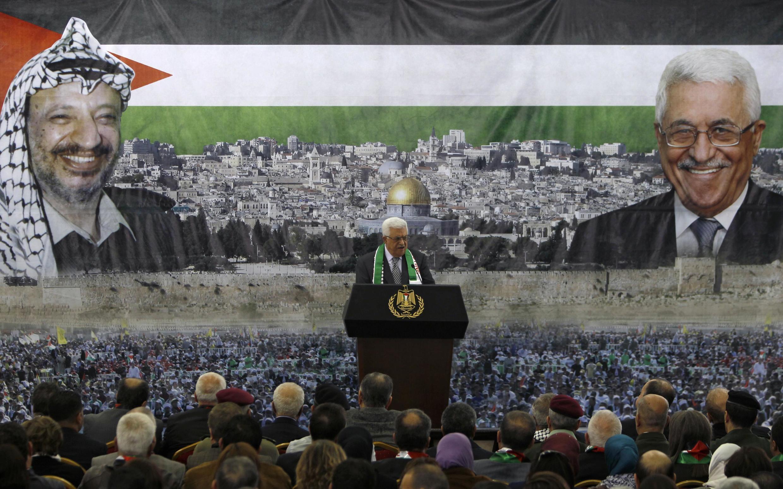 Mahmoud Abbas discursa em cerimônia pelo oitavo aniversário da morte do ex-líder palestino Yasser Arafat, em Ramala, na Cisjordânia.