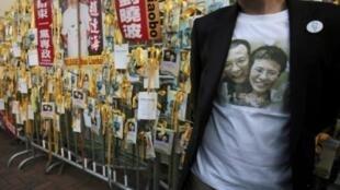 一位抗議者身穿印有劉曉波夫婦相片的體恤衫。