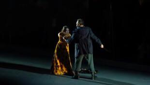 En esta puesta en escena Carmen se defiende de la agresión de Don José.