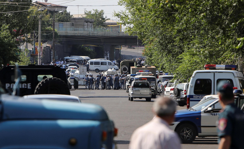 图为警方正在包围劫持人质者占据的警察总局