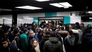 Tại Pháp, phong trào bãi công chống dự án cải cách hưu trí bước sang ngày thứ 12, giao thông công cộng vẫn gần như bị tê liệt