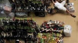 Các cửa hàng bán giày dép ở chợ Đồng Xuân, Hà Nội. Ảnh chụp ngày 11/5/11.