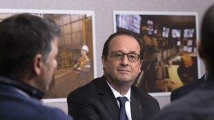 Le président français François Hollande s'entretient avec des salariés d'ArcelorMittal, à Florange, le 24 novembre 2014.