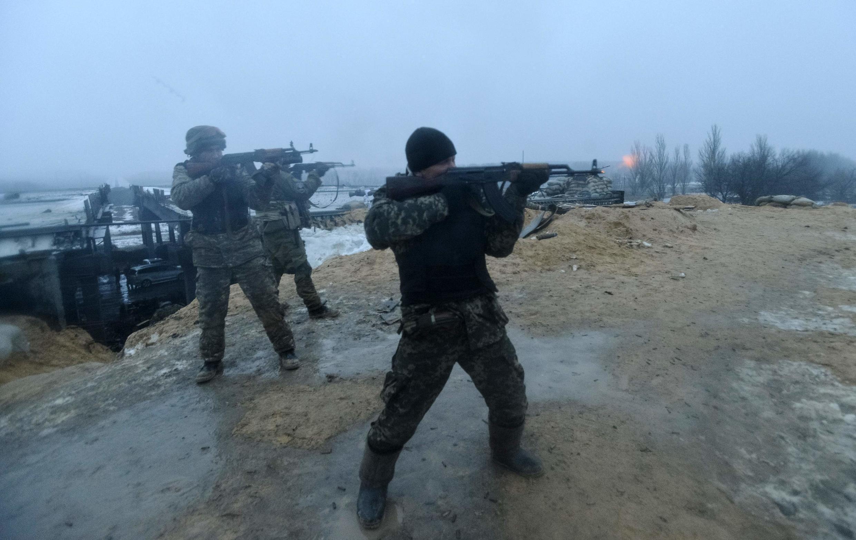 Militares ucranianos nos arredores da cidade de Donetsk, reduto da rebelião separatista no leste da Ucrânia.