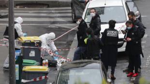 Des policiers sur le lieu de l'attaque qui a fait deux blessés rue Nicolas-Appert dans le XIe arrondissement de Paris le 25 septembre 2020.