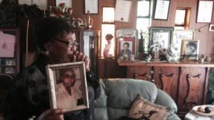 Une mère tient la photo de sa fille, une militante disparue.