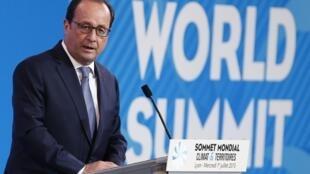 Презедент Франции Франсуа Олланд открыл саммит «Климат и территории», проходящий в Лионе, 1 июля 2015.