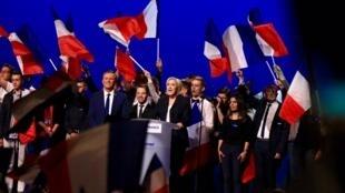 Marine Le Pen katika mkutano wa kampeni yake katika eneo la maonyesho la Villepinte, katika mji wa Seine-Saint-Denis Mei 1, 2017, pamoja na Nicolas Dupont-Aignan siku sita kabla ya duru ya pili ya uchaguzi wa urais.