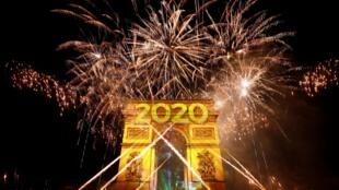 Em Paris, o espetáculo de fogos de artifício no Arco do Triunfo marcou a chegada de 2020.